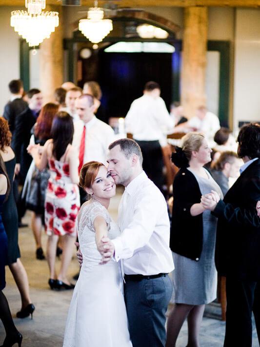 tancząca para na sali weselnej